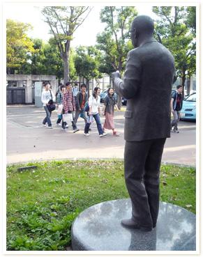 公文公の銅像写真