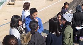 被災地でキャンプリーダーに英語で伝える子どもたち
