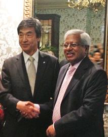 アベド総裁(右)と角田前社長