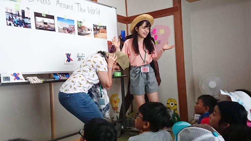 子どもたちの前で話す中村円香さん